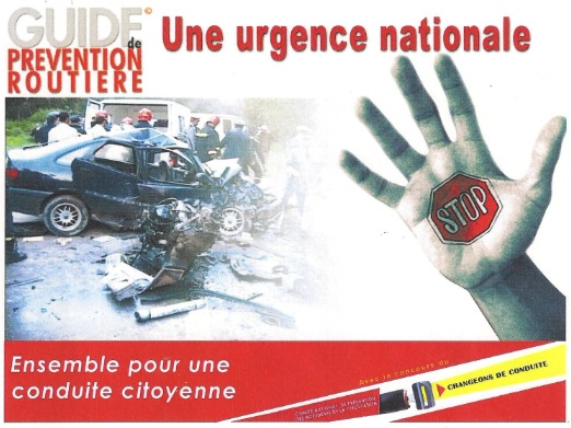 Une main se dresse devant une image d'accident de voiture